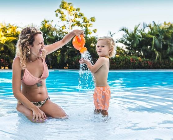 Mamá e hijo en alberca en Hotel BNayar en Riviera Nayarit Resort Todo Incluido